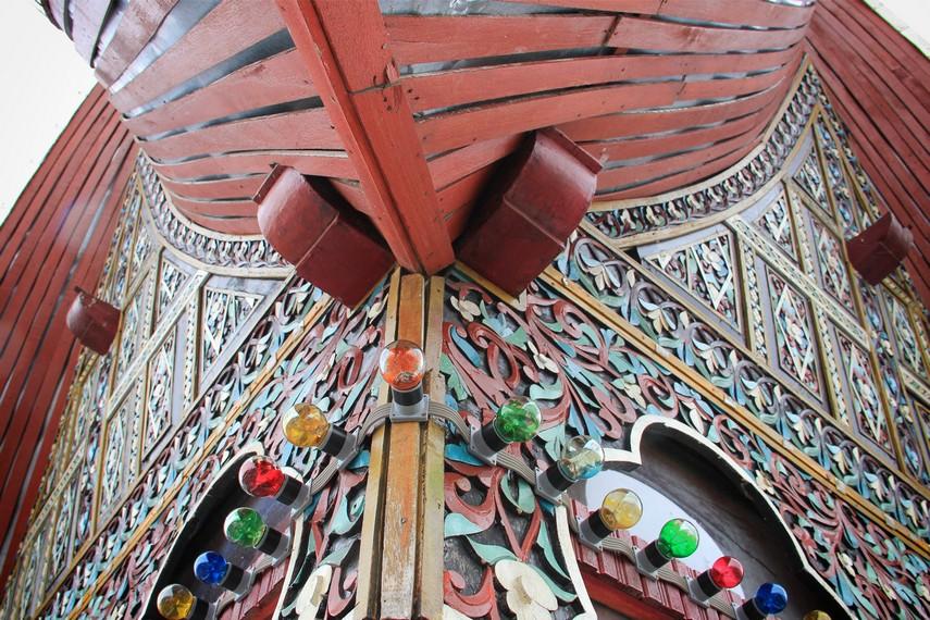 Atap Jam Gadang berulang kali dirombak, dari awalnya bergaya Eropa hingga berbentuk gonjong setelah Kemerdekaaan