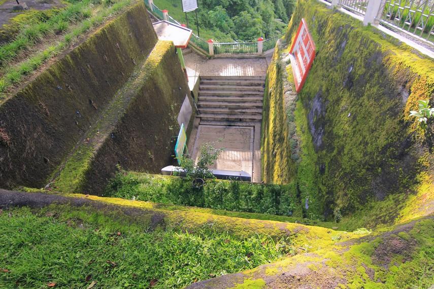 Gerbang Lubang Jepang dilihat dari sisi atasnya, merupakan salah satu pusat pertahanan penting Jepang di Bukittinggi