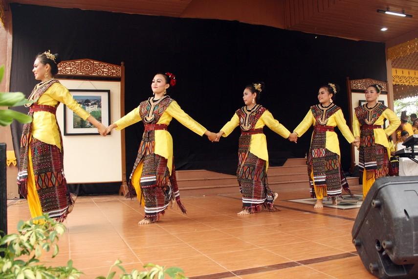 Mimik-mimik wajah penuh senyum tawa terlihat dari ekspresi wajah para penari