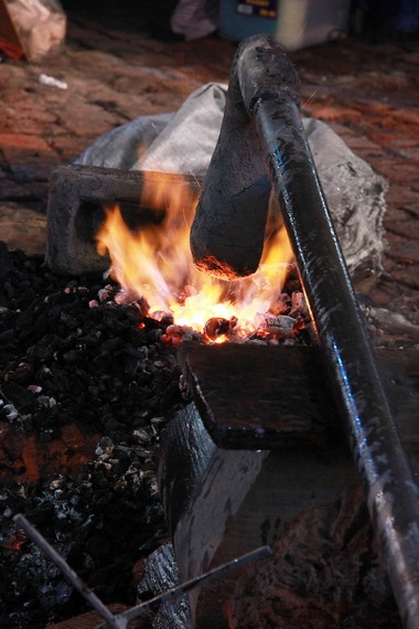Dalam proses peleburan, untuk menghasilkan panas yang maksimal dibutuhkan alat pemanas khusus