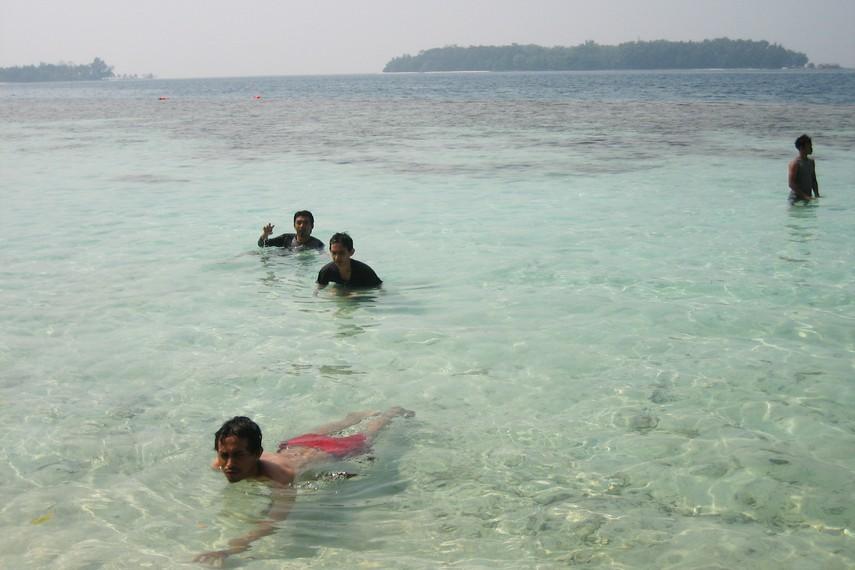 Berenang menjadi salah satu aktivitas yang paling banyak digemari wisatawan di Pulau Sepa