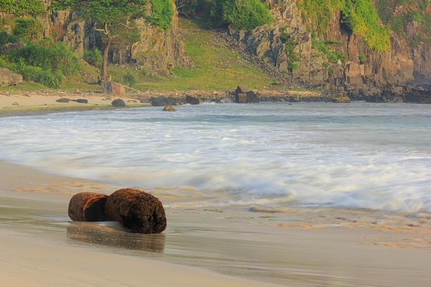 Letak pantai yang berada dalam area taman wisata alam, menjadikan pantai ini memang seperti menyatu dengan keberadaan pohon-pohon yang berada di sekelilingnya