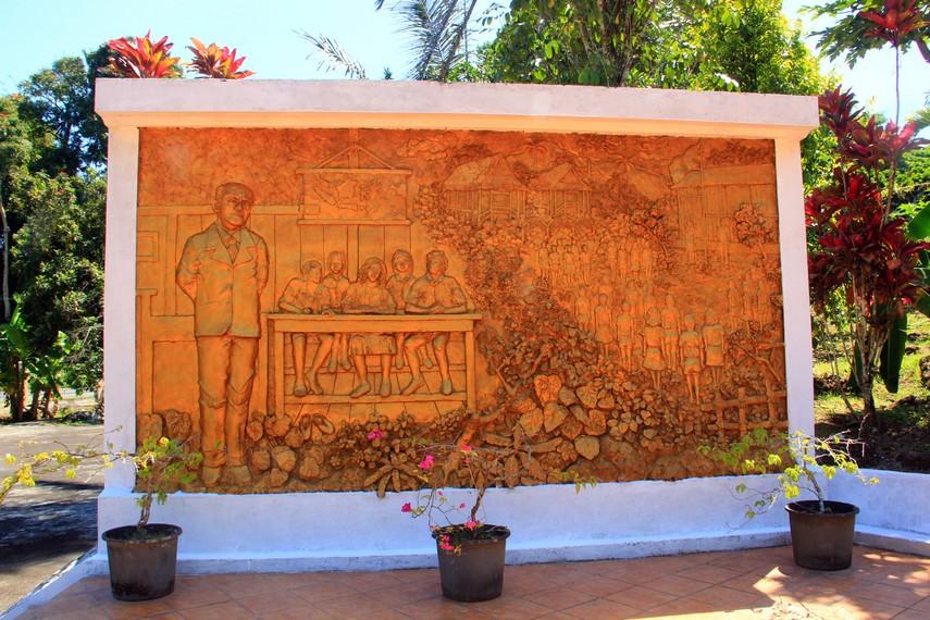 Relief Sam Ratulangi yang selama hidupnya mengabdikan diri pada dunia pendidikan