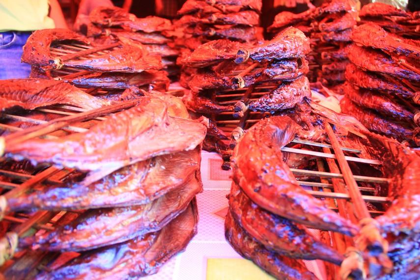 Bagi para penggemar ikan, di pasar ini juga dijajakan ikan asap yang bisa langsung di konsumsi