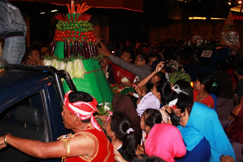 Biasanya perebutan gunungan terjadi ketika upacara grebeg memasuki bagian penutupan