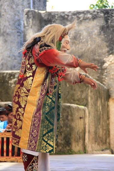 Dalam pementasan di luar ritual, tari topeng tua dipentaskan dalam format yang lebih singkat