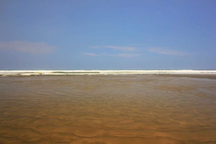 Berada di Pantai Bagedur sejauh mata memandang yang terlihat hanyalah lautan lepas