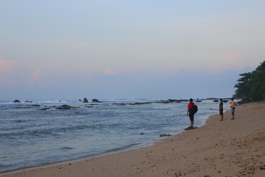 Garis pantai di Pantai Karang Bereum tidaklah panjang, garis pantai di sini panjangnya hanya sekitar 200 meter