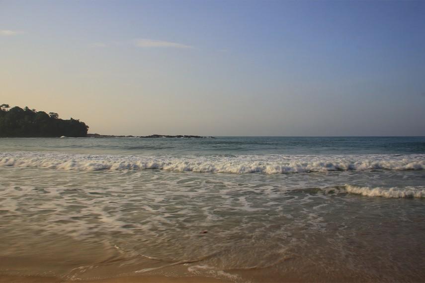 Ombak di Pantai Legon Pari termasuk dalam kategori keras dan besar namun masih relatif aman untuk dinikmati