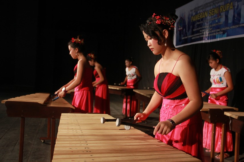 Dahulu, dalam bahasa Minahasa untuk mengajak orang bermain kolintang digunakan istilah ber tong ting tang