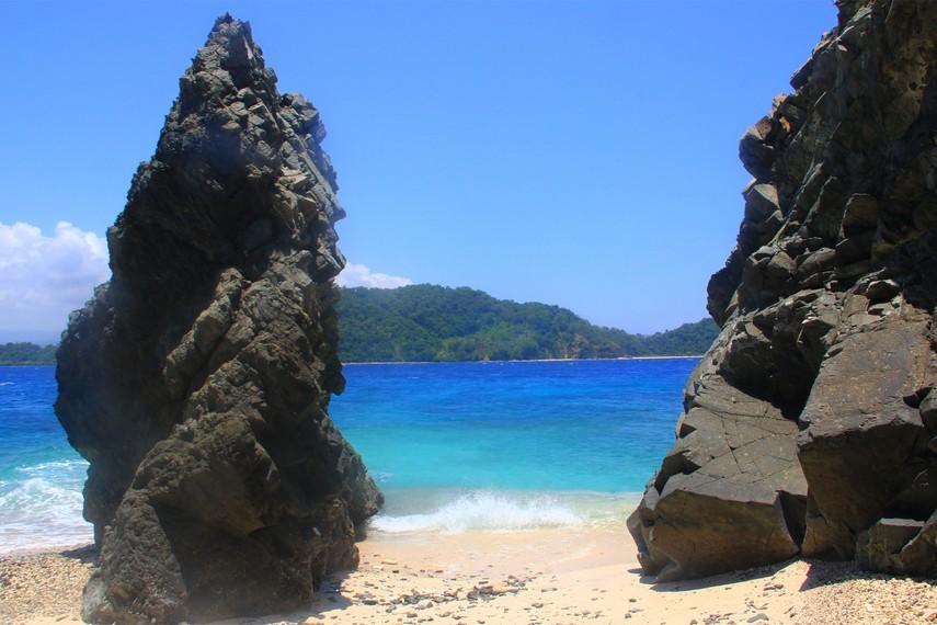 Karang yang berdiri tegak menjadi pemandangan lain ketika menjajaki kaki di Pulau Baling-Baling