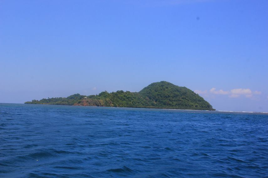 Meski berukuran kecil, Pulau Tumbak menawarkan berbagai aktivitas wisata bahari karena keindahan alamnya yang masih sangat alami