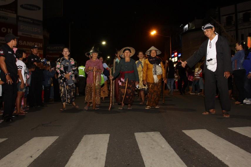 Ibu-ibu dari kelompok sadar wisata Kejawen ikut meramaikan jalannya Solo Karnaval
