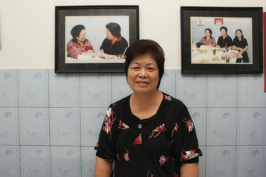 Ibu Atep sang pemilik kedai dan telah membuka usaha Mie Belitung Atep sejak tahun 1973