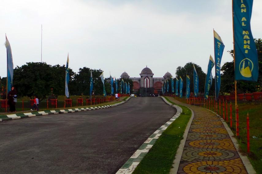 Jalan masuk yang harus dilalui pengunjung untuk sampai ke pintu utama masjid