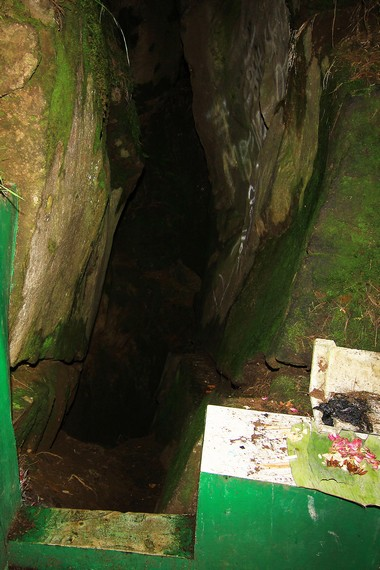 Kecuali Gua Pengantin, gua-gua di sini dibatasi gerbang dan dikunci dengan gembok. Pengunjung yang ingin masuk harus meminta izin ke pemangku adat