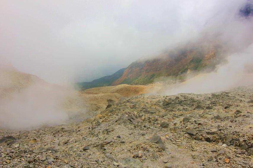 Kepulan kabut sering terjadi di Kawah Papandayan karena kondisi cuaca yang tidak menentu