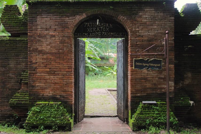 Keraton Pangkuwati adalah keraton pertama yang didirikan oleh Pangeran Cakrabuana dan merupakan cikal bakal Keraton Kasepuhan