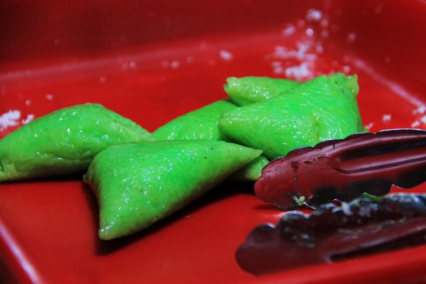 Kue lupis yang legit dan manis bisa menjadi pilihan yang nikmat saat singgah di Pasar Ceplak