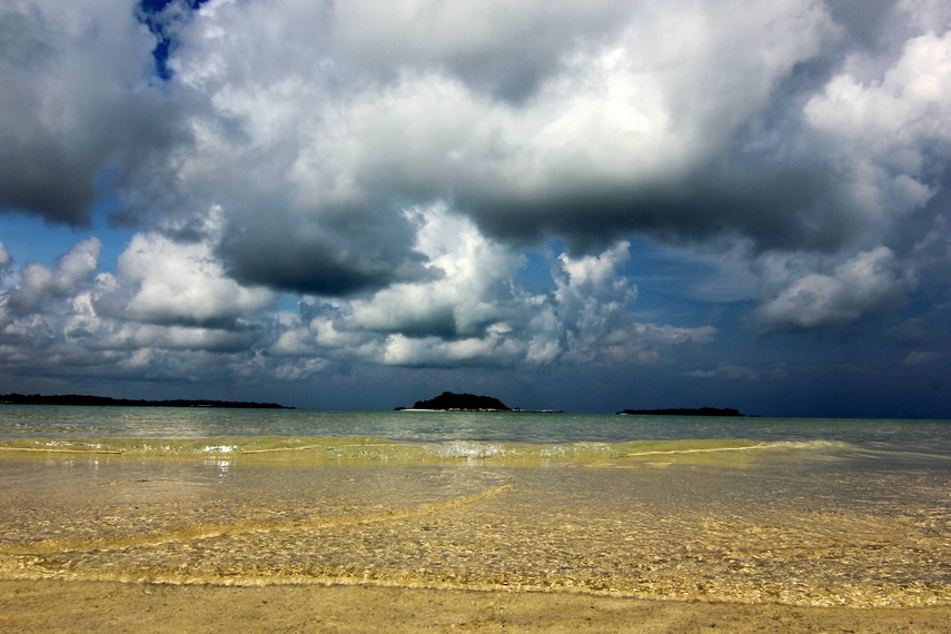 Letak Pulau Pasir dikelilingi pulau-pulau yang ada di sekitarnya seperti Pulau Pegadoran dan Pulau Burung