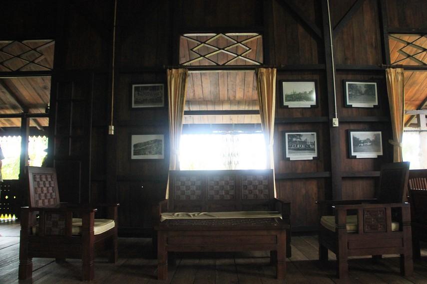 Meja dan kursi yang ada di ruang utama menjadi tempat bagi keluarga untuk bercengkrama di dalam rumah