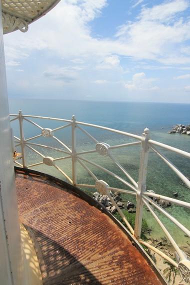 Pagar yang terdapat di puncak mercusur yang bisa digunakan pengunjung untuk menikmati pemandangan di sekitar menara