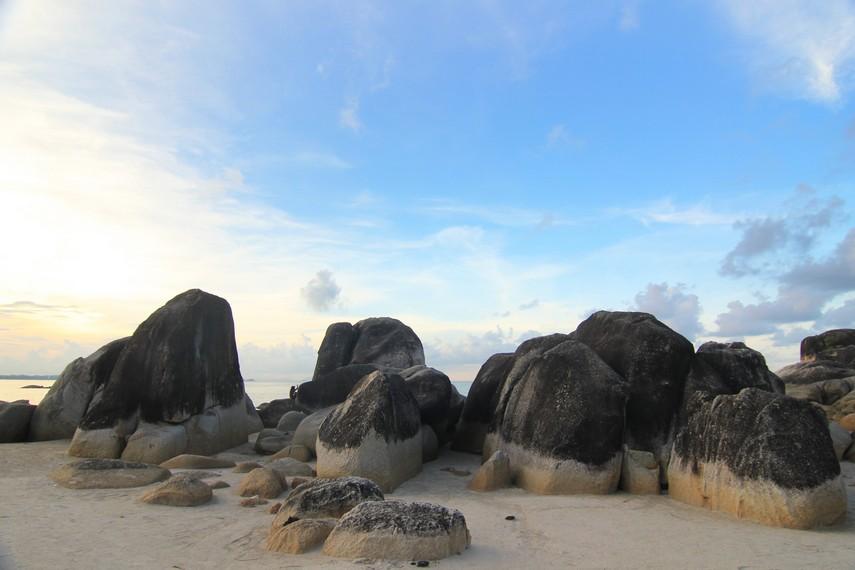 Pantai Matras dihiasi bebatuan granit di salah satu bagiannya