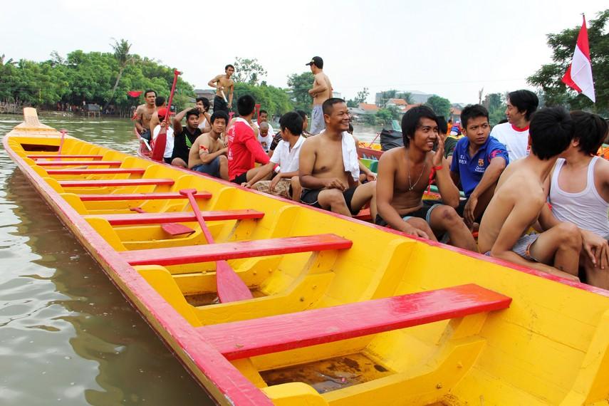 Para pemuda yang menjadi peserta lomba tangkap bebek dalam acara perayaan pehcun