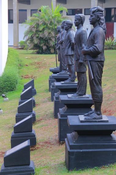 Patung tokoh Pahlawan Indonesia seperti Sultan Hasanuddin yang menghiasi halaman samping di Museum Keprajuritan