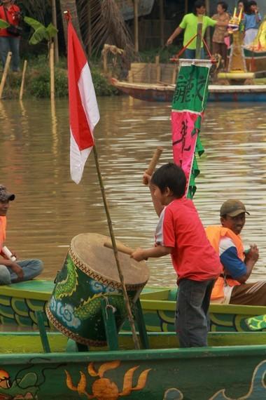 Perlombaan perahu naga diikuti oleh berbagai golongan masyarakat, dari anak-anak hingga orang dewasa