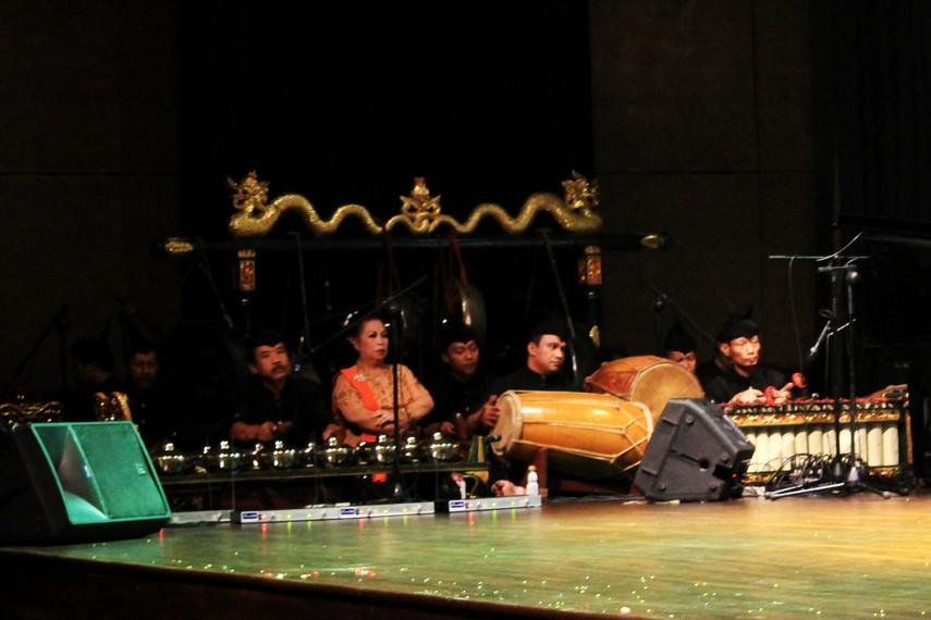 Pertunjukan ludruk akan diiringi oleh pemain musik dan penyanyi. Sering kali para pemain akan berinteraksi dengan kelompok musik ini