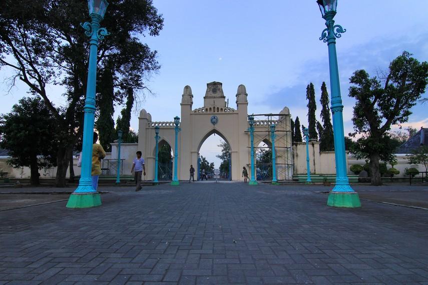 Pintu masuk ke kawasan masjid mengalami perubahan pada masa Pakubuwono X. Bangunan ini bercorak Timur Tengah dan terdiri dari tiga pintu