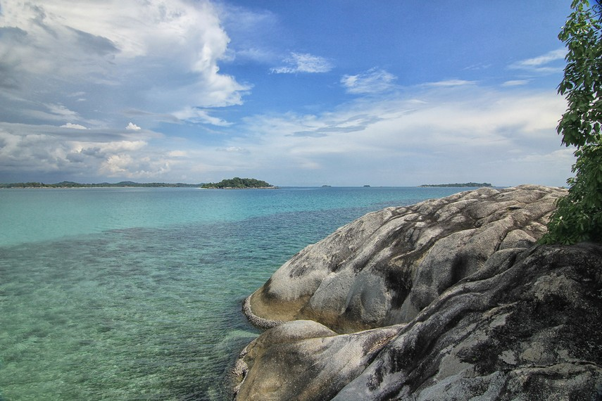 Pulau Babi juga menyajikan pemandangan pulau-pulau yang ada di sekitarnya seperti Pulau Kepayang salah satunya