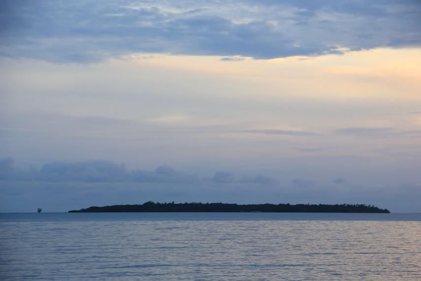 Pulau Seliu menjadi pemandangan yang bisa kita lihat saat berada di Pantai Awan Mendung