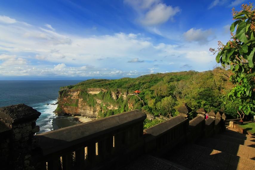 Pura Uluwatu dikelilingi tebing yang tepat menghadap ke barat dengan panorama laut lepas yang indah