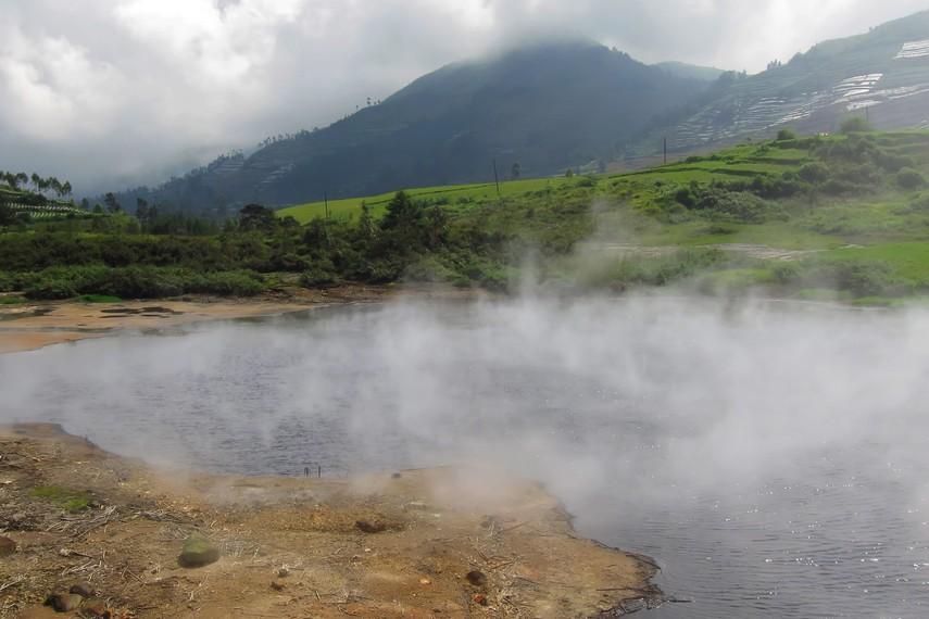 Sebagai tujuan wisata, Kawah Sileri menyajikan pemandangan yang sangat menarik. Kawah putih dengan deretan bukit sebagai latar belakang