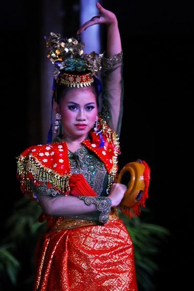 Selain kipas, penari beruji doll juga menggunakan rebana sebagai properti pementasan