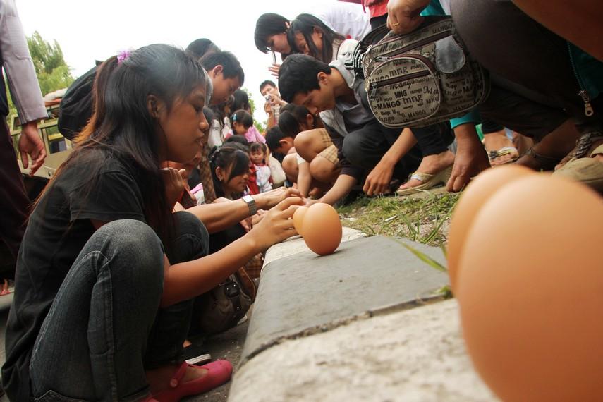 Selain mendirikan telur, perayaan pehcun diramaikan tradisi lainnya seperti perahu naga, lempar bebek, dan sembahyang Twan Yang