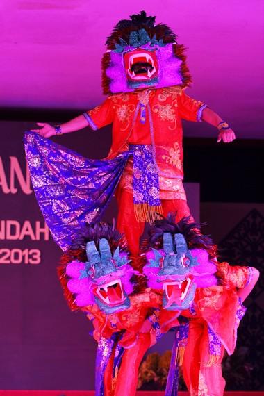 Selendang penari diambil dari unsur lokal seni tari Jawa
