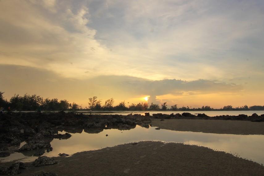 Senja menjadi saat yang tepat untuk berkunjung ke Pantai Pasir Padi karena dapat menyaksikan panorama matahari terbenam di pantai ini