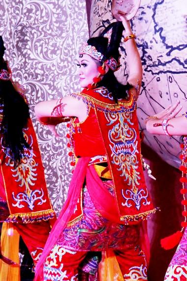 Setiap penari topeng selau dibalutkan kain batik bermotif mega mendung khas Cirebon