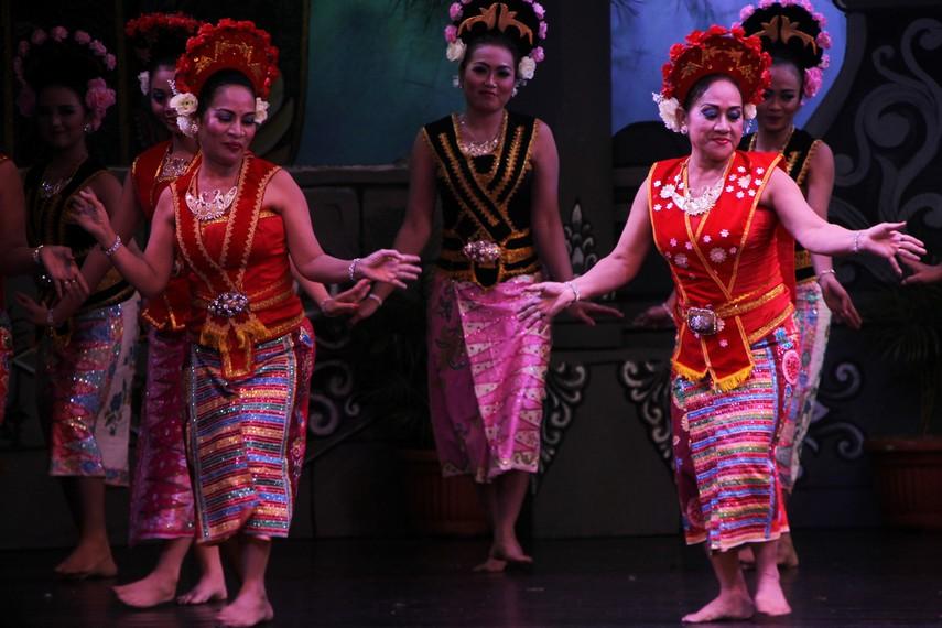 Suasana Tionghoa terlihat pada mahkota yang digunakan oleh penari yapong