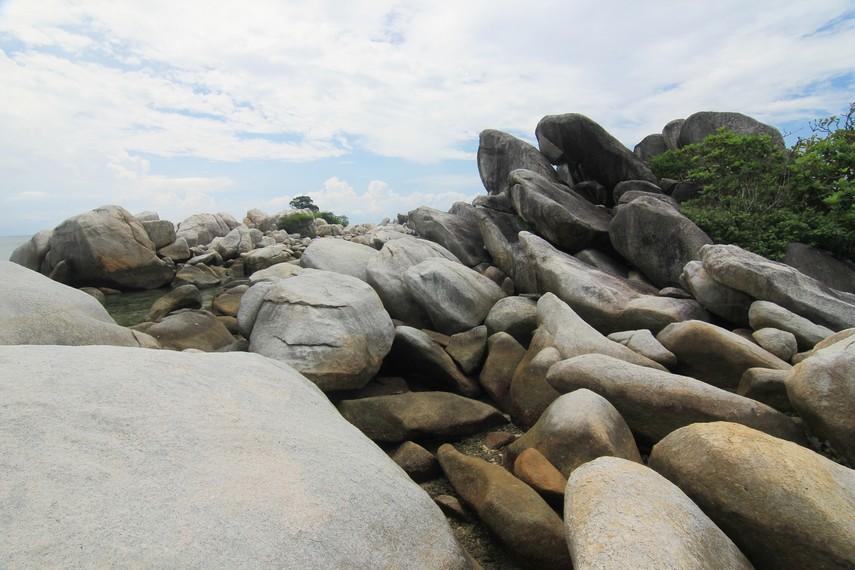 Tumpukan batu granit menjadi dekorasi yang mempercantik keberadaan Pulau Lengkuas