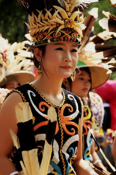 Tutup kepala perempuan Dayak terbuat dari bahan dasar rotan yang dihiasi manik-manik dan taring landak