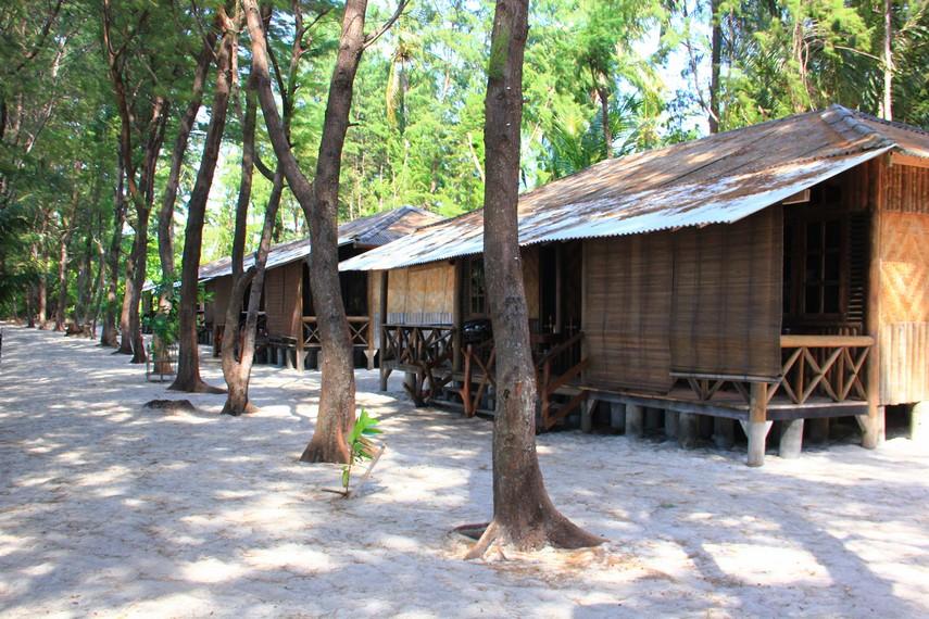 Untuk pengunjung yang ingin menikmati waktu lebih lama di pulau ini tersedia penginapan yang berada di pinggir pantai