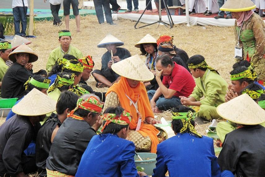 Selametan dengan melakukan makan bersama menjadi salah satu tahapan dalam tradisi kebo-keboan
