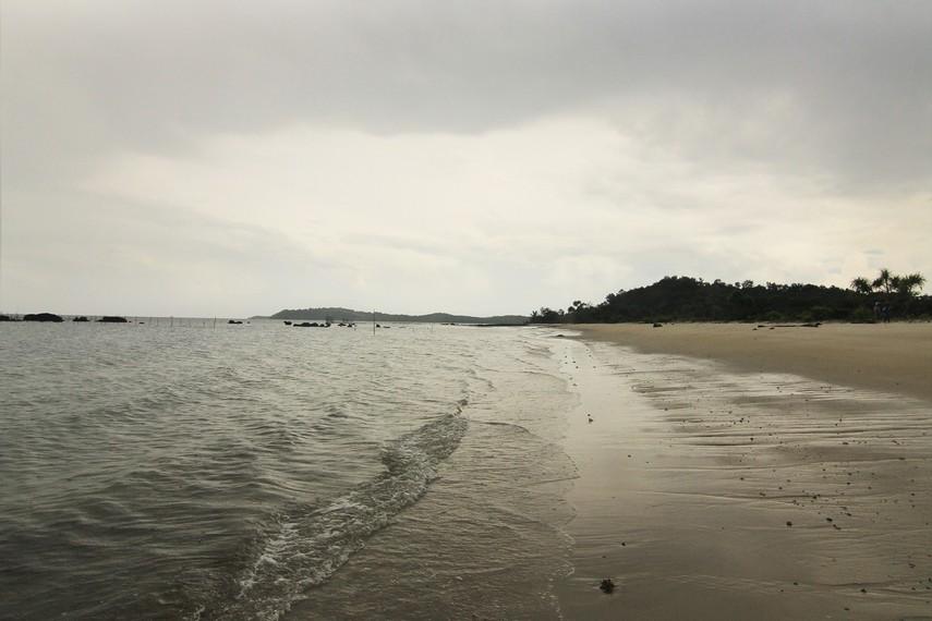 Salah satu karakteristik Pantai Pasir Panjang adalah ombaknya yang tenang