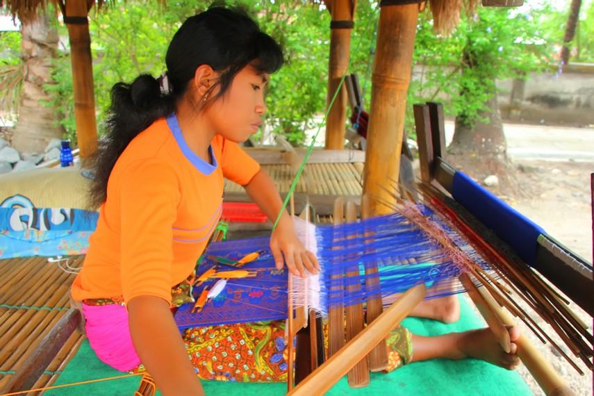 Ada mitos di desa ini bahwa jika lelaki yang membuat kain maka perilakunya akan berubah menjadi seperti wanita
