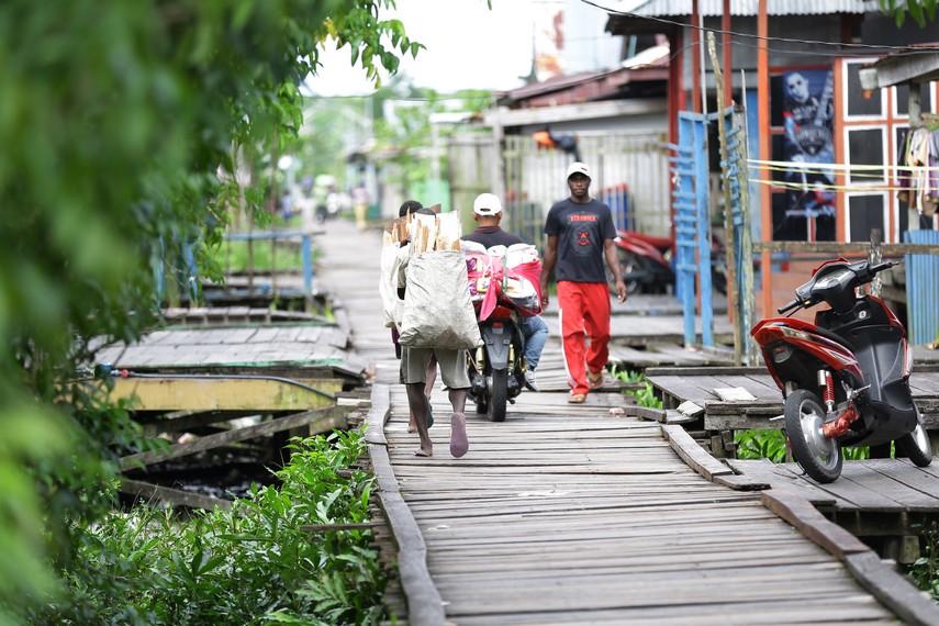 Agats, kota di atas rawa yang berlantaikan dek kayu