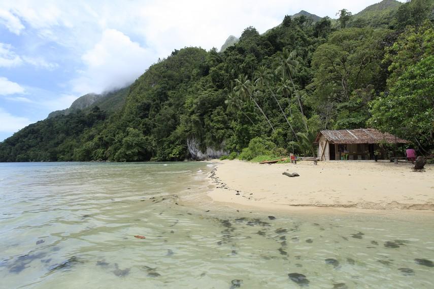 Air Belanda tepat berada di pesisir laut Seram Utara